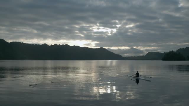 vídeos de stock e filmes b-roll de rowing - remo com par de remos