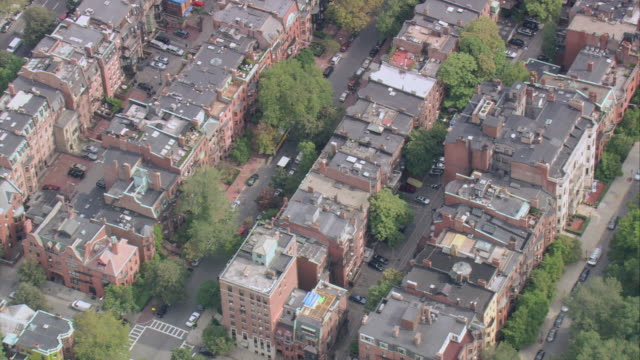 vídeos de stock e filmes b-roll de aerial rows of brownstone buildings in boston's back bay neighborhood / massachusetts, united states - back bay boston