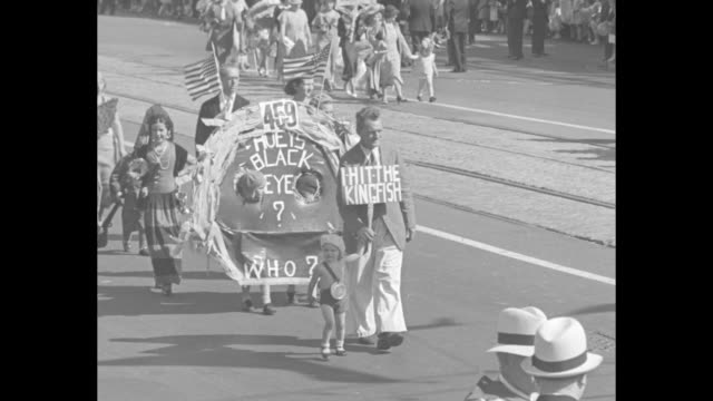 """vidéos et rushes de rows of children with mothers walking past coney island's """"cyclone"""" / a small girl does cartwheels as she moves down the street / an odd circular... - mardi gras fête religieuse"""