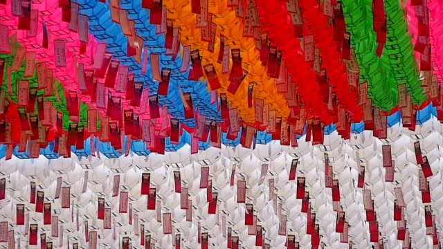 vídeos de stock e filmes b-roll de ms rows of colorful paper lanterns with prayers in jogyesa temple / seoul, south korea - lanterna