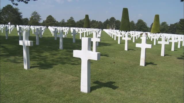 ms pan rows of crosses at american cemetery at omaha beach, colleville-sur-mer, normandy, france - omaha beach stock videos and b-roll footage