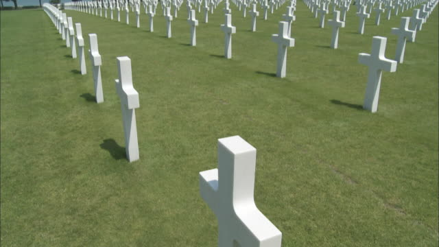 ms tu ws rows of crosses at american cemetery at omaha beach, colleville-sur-mer, normandy, france - normandie stock-videos und b-roll-filmmaterial
