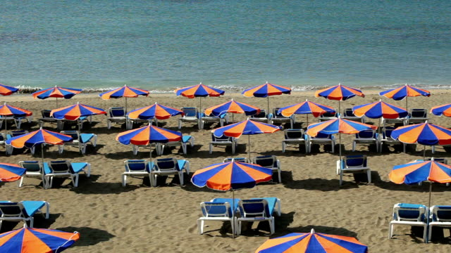 ws ha rows of deckchairs facing ocean on beach, lanzarote, canary islands - deckchair stock videos & royalty-free footage