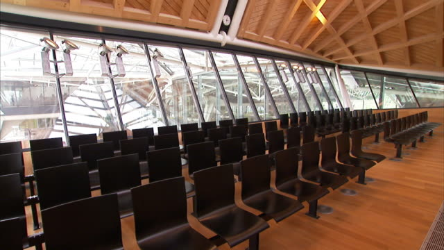 rows of empty seats fill a modern courtroom. - gerichtssaal stock-videos und b-roll-filmmaterial