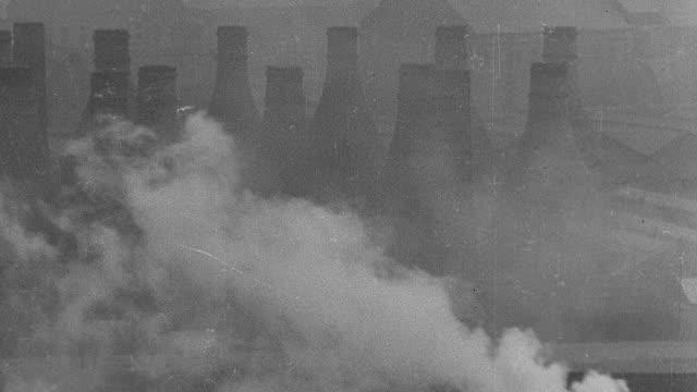 ws rows of factory chimneys with billowing smoke - 1931年点の映像素材/bロール