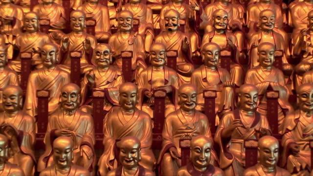 vídeos de stock e filmes b-roll de cu ms zo rows of golden buddha statues in long hua si buddha temple, shanghai, china - figura masculina