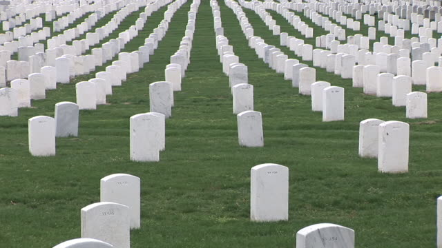 vidéos et rushes de ws, ds, rows of gravestones, arlington national cemetery, arlington, virginia, usa - soldat