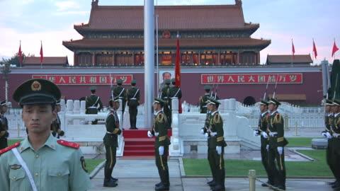 vídeos y material grabado en eventos de stock de ws rows of honor guards marching around platform during flag lowering ceremony in tiananmen square / beijing, china - soldado ejército de tierra
