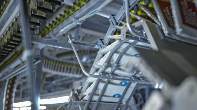vídeos de stock e filmes b-roll de ld rows of magazines being carried across the printing facility on the conveyor belts - revista publicação