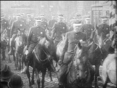 stockvideo's en b-roll-footage met b/w 1912 rows of mounted police riding towards camera / documentary - paardachtigen