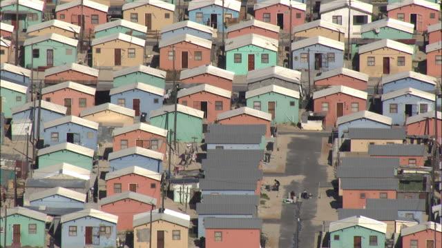 vídeos y material grabado en eventos de stock de aerial rows of multicolored houses, township khayelitsha, western cape, south africa - provincia occidental del cabo
