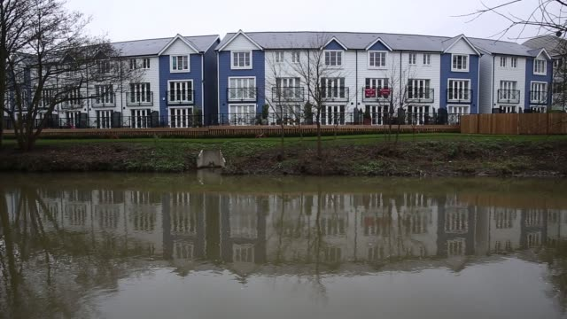 rows of newly built houses stand on the waters edge in tonbridge uk on tuesday jan 6 gvs of the new builds the logo of the uk governments help to buy... - materiale cartaceo video stock e b–roll