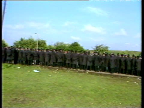 rows of police holding back crowds at picket line first use of riot gear against miners orgreave coking plant 29 may 84 - streikposten stock-videos und b-roll-filmmaterial