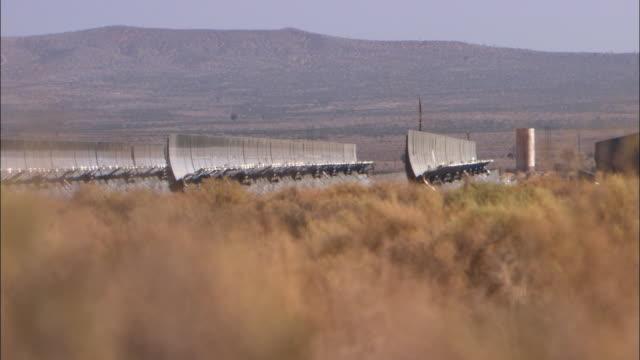 ws rows of solar panels in mojave desert / california, usa - セージブラッシュ点の映像素材/bロール