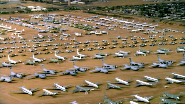 vidéos et rushes de aerial, rows of un-used military aircrafts, davis-monthan air force base, tucson, arizona, usa - armée américaine