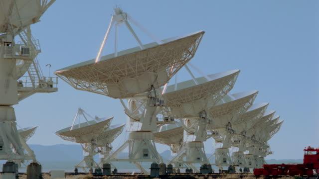 stockvideo's en b-roll-footage met rows of vla radio telescope dishes in desert / new mexico - astronomietelescoop