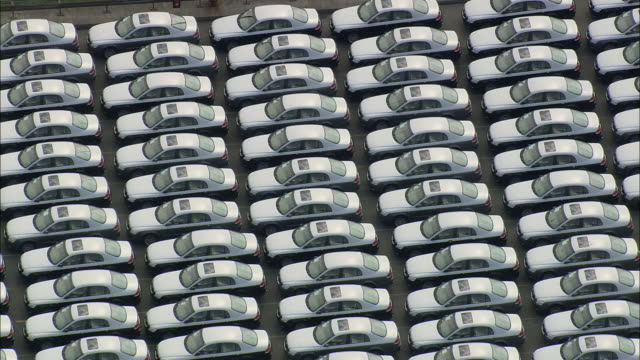 vídeos de stock e filmes b-roll de aerial ms rows of white cars on parking lot, bremerhaven, bremen, germany - repetição conceito