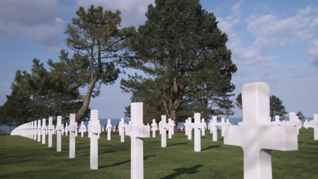 ms pan rows of white crosses at normandy american cemetery and memorial / colleville-sur-mer, normandy, france - monumento ai caduti monumento commemorativo video stock e b–roll