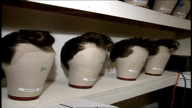 stockvideo's en b-roll-footage met cu rows of wigs - pruik
