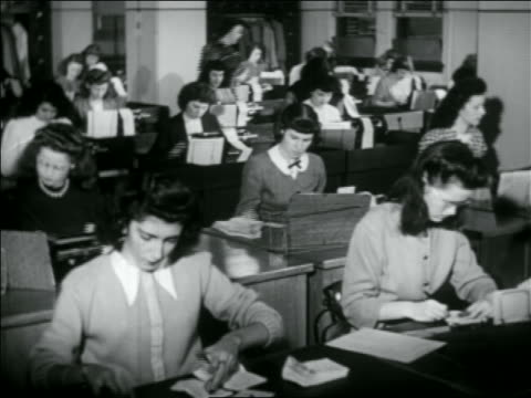 vídeos de stock e filmes b-roll de b/w 1950 rows of women at desks typing on card punches - 1950