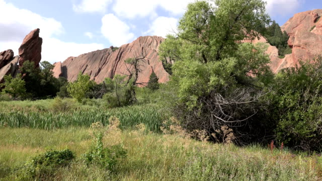 stockvideo's en b-roll-footage met roxborough staatspark rode rotsen langs fontein trail colorado rocky mountains - torenspits