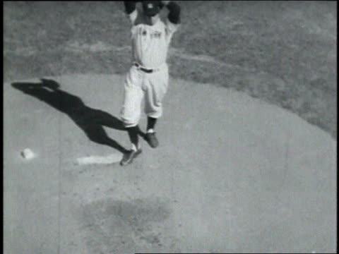 roy campanella batting / vic raschi pitching the ball / roy campanella hits a home run into a crowd of cheering fans - frivarv bildbanksvideor och videomaterial från bakom kulisserna