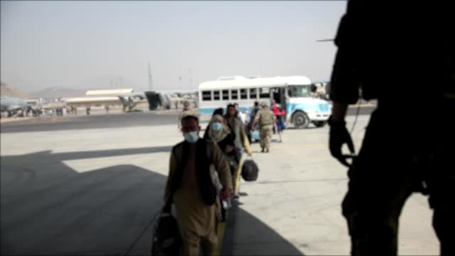 vídeos y material grabado en eventos de stock de royal air force c17 aircraft fills up passengers in kabul afghanistan on august 21, 2021. the raf has assisted with evacuations as the taliban... - kabul