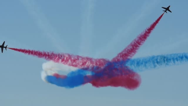 raf royal air force red arrows airshow display slow motion - 英国空軍点の映像素材/bロール