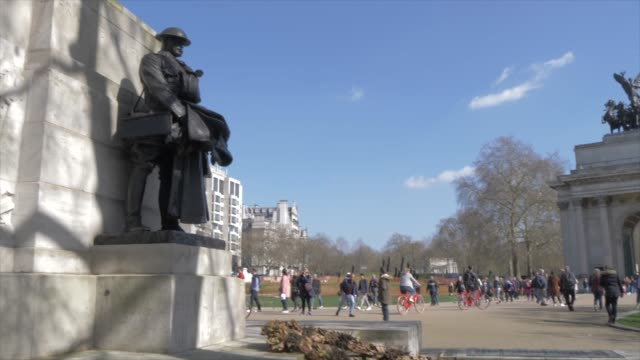 royal artillery memorial and wellington arch in springtime, hyde park corner, london, england, united kingdom, europe - world war one stock videos & royalty-free footage