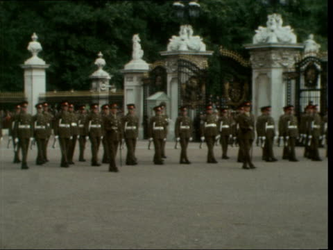 stockvideo's en b-roll-footage met royal artillery take over buckingham palace guard from grenadier guards *** also ls new guard lined up march towards order to halt sof and halt pan... - britse leger
