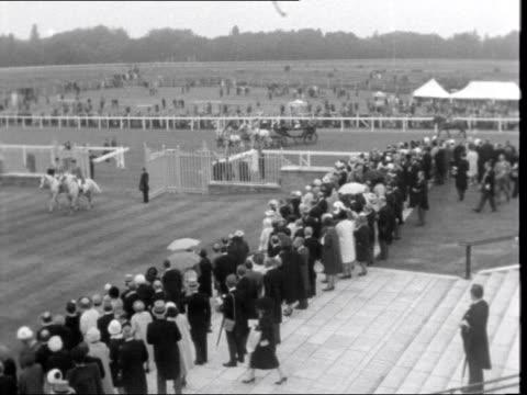 berkshire: ascot racecourse: royal carriage procession along - アスコット点の映像素材/bロール