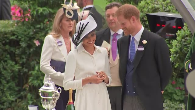stockvideo's en b-roll-footage met duke and duchess of sussex present trophy england berkshire ascot ascot racecourse prince harry duke of sussex and meghan duchess of sussex along /... - britse koningshuis