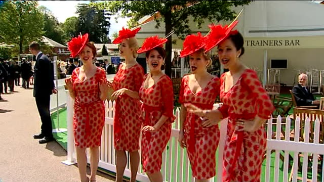 stockvideo's en b-roll-footage met royal ascot fashions england berkshire ascot ext female vocal group the tootsie rollers singing 'a capella' song sot - a capella