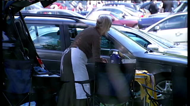 vidéos et rushes de royal ascot frankel wins st james's palace stakes england berkshire ascot ext racegoers dressed up for ascot having champagne picnic beside car... - table top view