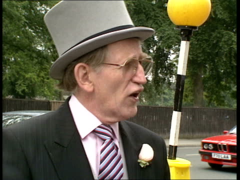 stockvideo's en b-roll-footage met ladies day 10 cr383 royal england berkshire ascot ext 0230 actor lance percival in morning suit arrivals of men in morning suits and women in hats... - john mccririck