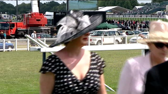 ladies day england berkshire ascot ext ladies along race track with men in morning suits / royal procession along race track queen elizabeth ii along... - königin stock-videos und b-roll-filmmaterial
