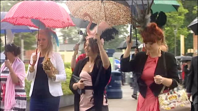 royal ascot: ladies day; england: berkshire: ascot: ext / rain group of women arriving for ladies day at ascot race ground with umbrellas woman in... - イギリス アスコット競馬場点の映像素材/bロール