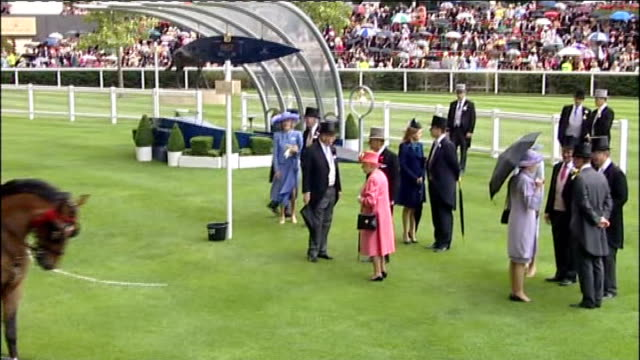 royal ascot: queen elizabeth ii arriving at ascot; carole middleton and michael middleton to queen and others / queen, philip, prince andrew and... - ロイヤルアスコット点の映像素材/bロール