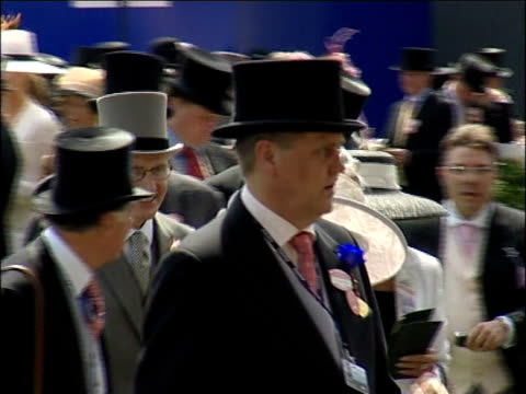 stockvideo's en b-roll-footage met royal ascot royal party / racegoers horses around parade ring / racegoers along and on terraces around parade ring / racing pundit john mccririck... - john mccririck