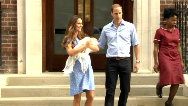 duke and duchess of cambridge leave hospital with their newborn baby england london st mary's hospital lindo wing ext catherine duchess of cambridge... - 生後1ヶ月点の映像素材/bロール