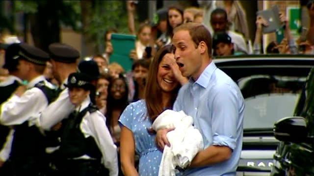 duke and duchess of cambridge leave hospital with their newborn baby st mary's hospital lindo wing ext side view william and kate with their baby boy... - 生後1ヶ月点の映像素材/bロール