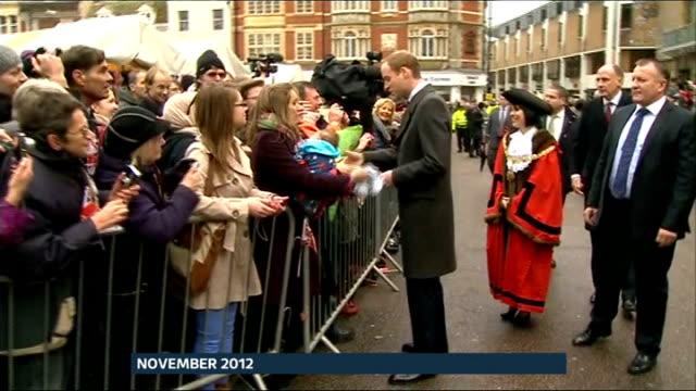 vídeos y material grabado en eventos de stock de reaction in uk and around the world r28111219 / cambridge market square ext **interview overlaid sot** prince wiliam shaking hands with people behind... - pijama de una pieza
