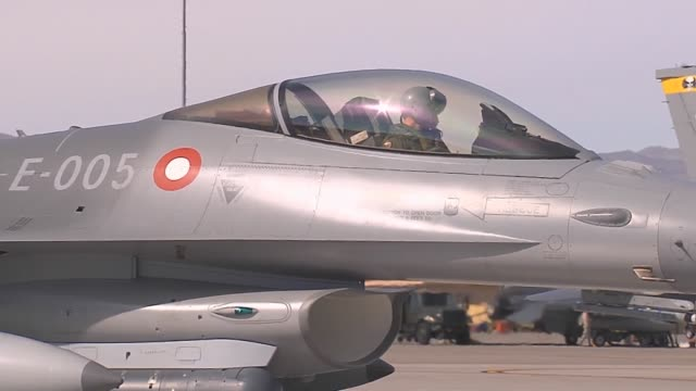 vídeos de stock, filmes e b-roll de a royal danish air force f16am taxis to the runway for takeoff during red flag 142 mar 5 2014 at nellis air force base nev red flag is conducted on... - nellis air force base