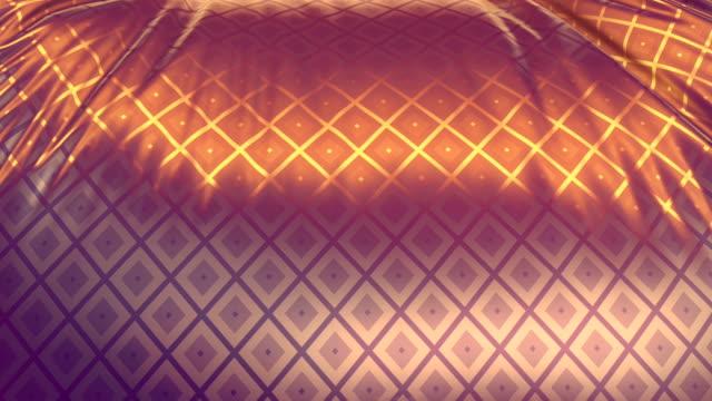 vídeos de stock, filmes e b-roll de modelo de design real de tecido iridescente ao vento com um padrão geométrico metálico brilhante de rombos animados brilhantes. resumo 3d renderização de fundo. animação digital de luxo hd - rombo