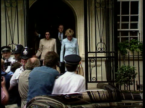 stockvideo's en b-roll-footage met royal divorce tx 12796 dukes hotel seq diana in blue suit out of hotel - echtscheiding