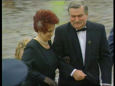 vidéos et rushes de royal family attend celebrations; itnportsmouth guildhall bill clinton and wife hillary waving as l-r ltms francois mitterrand with wife danielle up... - président