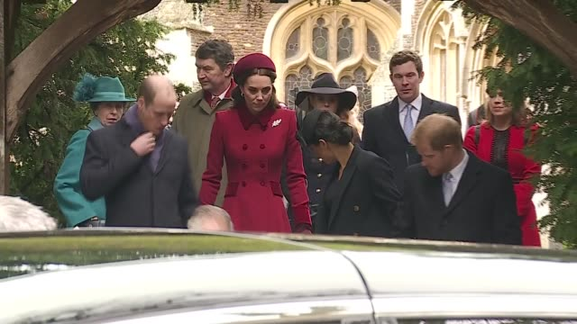 vídeos de stock e filmes b-roll de royal family attends christmas day service at sandringham; england: norfolk: sandringham: ext queen elizabeth down steps from church with vicar... - realeza