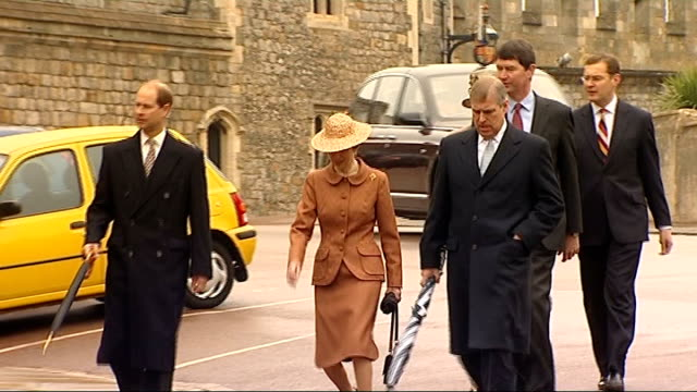 vidéos et rushes de royal family attends easter service at windsor duke of york earl of wessex princess anne and viceadmiral timothy laurence along from windsor castle... - service religieux