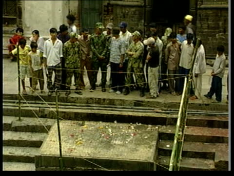 royal family massacre 'an accident'; itn nepal: kathmandu ext tgv site of the cremation of the murdered members of the royal family people looking at... - 大量殺人点の映像素材/bロール