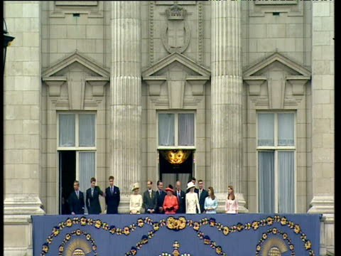 royal family on balcony of buckingham place as crowds throng around queen victoria monument at golden jubilee celebrations jun 2002 - golden jubilee stock videos & royalty-free footage